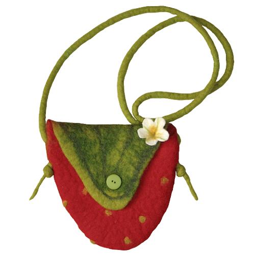 Gefilzte Tasche in Erdbeerform mit kleiner Blüte aus Filz